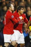 <p>Carlos Tevez (direita) comemora com Wayne Rooney um dos gols que marcou na vitória do Manchester United por 4 x 0 sobre o Fullham, pela FA Cup. Com o resultado, o Manchester se classificou para as semifinais da competição. REUTERS/ Eddie Keogh (BRITAIN SPORT SOCCER)</p>