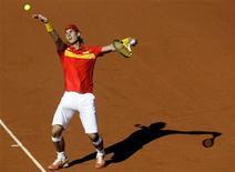 <p>O espanhol Nadal em partida contra Djokovic. O tenista número um do mundo passou por cima do adversário sérvio neste domingo, dando à Espanha uma incontestável liderança no grupo mundial da Copa Davis. REUTERS/Sergio Perez</p>
