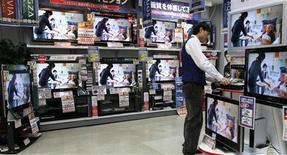 <p>Les ventes de téléviseurs à écran plat ont enregistré en février leur plus forte augmentation en six mois, donnée qui pourrait être interprétée comme le signe d'un début de reprise de la demande pour des produits d'électronique grand public. /Photo d'archives/REUTERS/Toru Hanai</p>