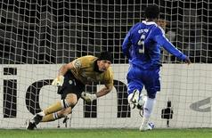 <p>Meia do Chelsea Michael Essien marca um dos gols da equipe no empate por 2 x 2 com a Juventus, em Turim. 10/03/2009. REUTERS/ Alessandro Bianchi (ITÁLIA)</p>