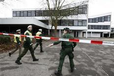 <p>Сотрудники немецкой полиции у школы, где неизвестный застрелил более 10 человек, в Виннендене 11 марта 2009 года. По меньшей мере десять человек были застрелены неизвестным мужчиной в средней школе города Виннинден на юго-западе Германии, сообщило в среду Министерство внутренних дел Германии. REUTERS/Fabrizio Bensch</p>