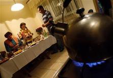 <p>Украинская семья молится перед ужином в Сочельник 6 января 2009 года. Родителям, желающим привить своим детям привычку хорошо питаться, следует приучить их к совместным приемам пищи дома. REUTERS/ Gleb Garanich</p>