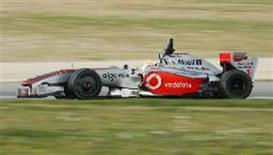 <p>Piloto Lewis Hamilton dirige sua McLaren durante treino na Catalunha, em Barcelona. Para o presidente-executivo da escuderia, Ron Dennis, o carro não é tão rápido quanto gostariam. REUTERS/Albert Gea</p>