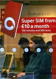 <p>Un negozio Vodafone in Gran Bretagna. REUTERS/David Moir</p>