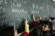 <p>Students study Chinese characters at Qunxing international school in Yiwu, Zhejiang province March 7, 2008. REUTERS/Aly Song</p>