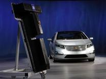<p>Nell'immagine di archivio un'auto elettrica le cui batteria compare a sinistra. REUTERS/Rebecca Cook</p>