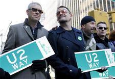 <p>A banda irlandesa U2 deu um gostinho de como será sua próxima turnê mundial a 950 pessoas, num pequeno show privado, na quarta-feira, no qual os fãs tiveram a oportunidade de fazer algumas perguntas difíceis aos músicos. REUTERS/Gary Hershorn (ESTADOS UNIDOS)</p>