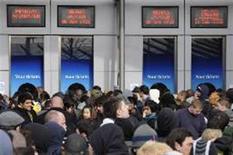 <p>Fãs na fila para comprar os ingressos dos shows de Michael Jackson que ocorrerá na O2 Arena, em Londres. REUTERS/Toby Melville (REINO UNIDO)</p>