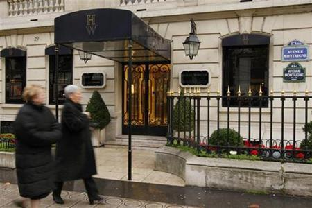 People walk past the Harry Winston store in Paris the day after armed robbers stole jewels worth 85 million euros ($110 million) in a raid on the luxury shop, December 5, 2008. REUTERS/Benoit Tessier