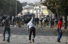 <p>Участники акции протеста кидают камни в сотрудников полиции в Лахоре 15 марта 2009 года. В пакистанском городе Лахоре прошла антиправительственная акция протеста, усилившая опасения об ухудшении политической ситуации в стране. REUTERS/Faisal Mahmood</p>