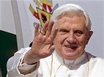 <p>Papa Benedetto XVI alla sua partenza da Fiumicino per l'Africa. REUTERS/Max Rossi</p>