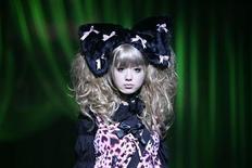 <p>Японская модель на показе коллекции KERA в Токио 24 августа 2008 года. Неделя высокой моды в Токио привлечет внимание не только дизайнеров, но и специалистов в сфере высоких технологий: на подиум выходит красотка HRP-4С. REUTERS/Michael Caronna</p>