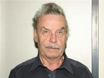 <p>Архивное фото Йозефа Фрицля, сделанное австрийской полицией 28 апреля 2008 года. Австриец Йозеф Фрицль, который обвиняется в том, что 24 года он насиловал собственную дочь, родившую ему шестерых детей, в среду признал себя виновным во всех вменяемых ему преступлениях. REUTERS/HO/Police</p>