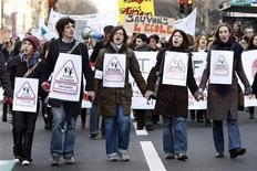 <p>Французские студенты протестуют против реформы образования в Париже 5 марта 2009 года. Антиправительственные выступления студентов в Париже в ночь со вторника на среду переросли в беспорядки и закончились арестами. REUTERS/Charles Platiau</p>