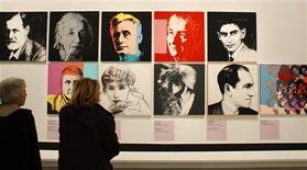 """<p>Visitantes observam pinturas do artista norte-americano Andy Warhol durante a exibição """"Le grand Monde d'Andy Warhol"""" no museu do Grand Palais, em Paris. 17/03/2009. REUTERS/Benoit Tessier</p>"""