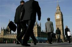 <p>Commuters walk to work over Westminster Bridge in central London in a file photo. REUTERS/Toby Melville</p>