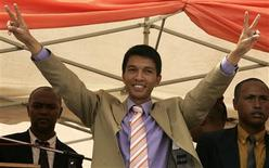 <p>Madagascar's new president Andry Rajoelina greets his suppoters at Antananarivo city centre, March 18, 2009. REUTERS/Siphiwe Sibeko</p>