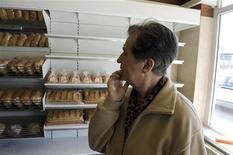 <p>Una acquirente nel negozio Sos di Lubiana, dedicato ai poveri. REUTERS/Bor Slana</p>