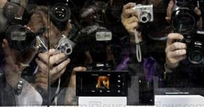 """<p>A Sony Ericsson está fazendo uma aposta pesada em celulares com câmera fotográfica nos Estados Unidos este ano, esperando que a fotografia de maior qualidade convença os consumidores a comprarem um novo telefone ou a substituírem suas atuais câmeras. Na foto, celular """"Idou"""", com resolução de 12 megapixels.</p>"""