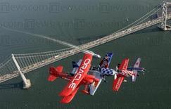 <p>The Collaborators, grupo de aviões acrobáticos da Team Oracle e Team Fusion, voam em formação sobre a ponte Bay Bridge, em San Francisco. A Oracle informou na quarta-feira resultados trimestrais melhores que os esperados e disse que irá pagar os primeiros dividendos aos acionistas.</p>