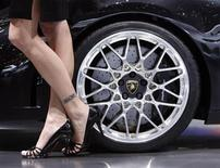 <p>Immagine d'archivio di un particolare di una Lamborghini Gallardo e di una modelal al Salone dell'Auto di Ginevra. REUTERS/Denis Balibouse (SWITZERLAND)</p>