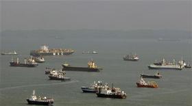 <p>Navi al largo di Singapore. REUTERS/Vivek Prakash</p>
