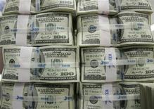 <p>Пачки стодолларовых купюр в Korea Exchange Bank в Сеуле 3 февраля 2009 года. Антикризисные меры российского правительства дадут первые плоды только к середине года, а до этого момента спад российской экономики продолжится, хотя его темпы несколько снизятся, говорится в материалах правительства РФ. REUTERS/Jo Yong-Hak</p>