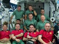 """<p>Os astronautas do ônibus espacial Discovery desenrolaram na sexta-feira as novas """"asas"""" que suportam os painéis de energia solar da Estação Espacial Internacional. Após uma década em construção, a estação orbital finalmente tem energia plena. REUTERS/NASA TV (UNITED STATES). FOR EDITORIAL USE ONLY. NOT FOR SALE FOR MARKETING OR ADVERTISING CAMPAIGNS.</p>"""