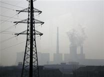 <p>ЛЭП на фоне электростанции в Пекине 9 февраля 2009 года. Россия включилась в борьбу с Китаем и Южной Кореей за право построить атомную электростанцию мощностью 1.000 мегаватт в испытывающей недостаток электроэнергии Бангладеш, сообщил посол РФ в Бангладеш Геннадий Троценко. REUTERS/David Gray</p>