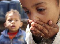 <p>Immagine d'archivio di una bambina egiziana che beve dell'acqua a Dar El Salam, Il Cairo. REUTERS/Amr Abdallah Dalsh (EGYPT ENVIRONMENT SOCIETY POLITICS)</p>