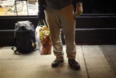 "<p>A ""Freegan"" holds a bag of food found while hunting through trash at markets along Third Avenue in New York March 18, 2009. REUTERS/Eric Thayer</p>"