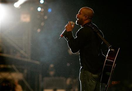 Hootie and the Blowfish's lead singer Darius Rucker sings to the crowd at the Rockin' the Corps concert at US Marine Corps Camp Pendelton in Oceanside, California April 1, 2005. REUTERS/Fred Greaves