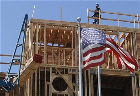 Workers construct a new apartment building in Santa Monica, California, May 27, 2008. REUTERS/Lucy Nicholson