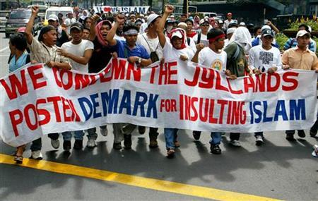 Filipino Muslims hold a banner during a rally outside the Danish embassy in Manila's Makati financial district February 15, 2006. REUTERS/Cheryl Ravelo