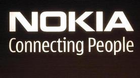 <p>Foto de archivo del logo de la compañía Nokia en su sede de Helsinki, 9 jul 2008. Nokia, el mayor fabricante de teléfonos celulares del mundo, compró una participación minoritaria en la firma estadounidense de pagos a través de los móviles Obopay, entrando en el mercado banca inalámbrica que se espera que tenga un gran crecimiento en mercados en desarrollo. REUTERS/Bob Strong</p>