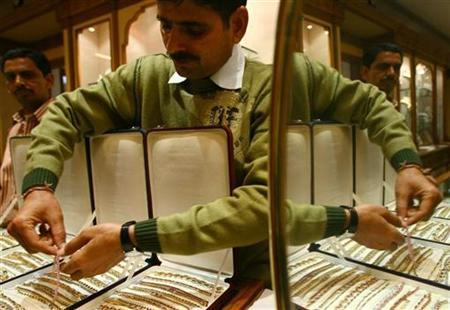 A salesman arranges gold bracelets inside a jewellery showroom in Jaipur, capital of India's desert state of Rajasthan January 12, 2009. REUTERS/Vijay Mathur