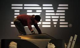 <p>Immagine d'archivio di un operaio che prepara uno stand dell'Ibm alla fiera dell'elettronica di Hannover. REUTERS/Hannibal Hanschke (GERMANY)</p>