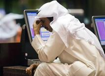 <p>A Kuwaiti investor next to a computer monitor on the trading floor of the Kuwait Stock Exchange March 26, 2009. REUTERS/Stephanie McGehee</p>