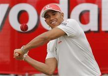<p>Piloto da Fórmula 1 Lewis Hamilton, da McLaren, durante jogo de críquete na Austrália, nesta quinta-feira, no qual negou rumores sobre sua saída da McLaren. REUTERS/Tim Wimborne</p>