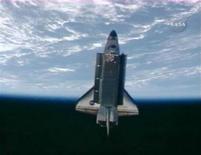 <p>Ônibus espacial Discovery visto em órbita após se desprender da Estação Espacial Internacional. A tripulação da nave voltou a fazer vistorias para checar possíveis danos nesta quinta-feira. REUTERS/NASA TV</p>