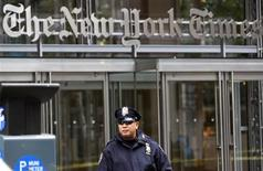 <p>Policial na frente do edifício do jornal New York Times, em Nova York. 22/10/2008. REUTERS/Mike Segar</p>