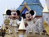 <p>Personajes de Disney participan en un desfile en Disneylandia, California, 4 mayo 2005. Walt Disney Co recortó un número no informado de empleos de sus parques en Estados Unidos este mes para ganar eficiencia, dijo el viernes un portavoz, mientras que medios locales reportaron que los despidos podrían llegar a 450. REUTERS/Fred Prouser</p>