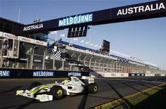 <p>Jenson Button taglia il traguardo al Gran Premio di Australia. REUTERS/Daniel Munoz</p>