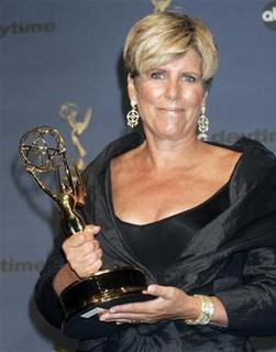 Financial talk show host Suze Orman poses with her Emmy award for the Outstanding Service Show Host for her show ''Suze Orman: For the Young, Fabulous and Broke'' at the 33rd annual Daytime Emmy Awards in Hollywood April 28, 2006. REUTERS/Sam Mircovich