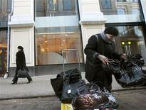 <p>A woman sells handbags in front of the Alexander McQueen and Stella McCartney designer clothes stores in Moscow March 27, 2009. REUTERS/Thomas Peter</p>