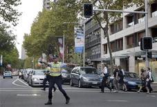 <p>Un poliziotto dirige il traffico in centro a Sydney dopo che un blackout elettrico ha provocato il caos nella città. REUTERS/Tim Wimborne (AUSTRALIA DISASTER BUSINESS)</p>