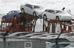 <p>Workers load newly manufactured Chrysler 300's and Magnums onto trucks at the DaimlerChrysler Assembly plant in Brampton, February 14, 2007. REUTERS/J.P. Moczulski</p>