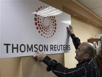 <p>Foto de archivo de un hombre colocando un cartel de la compañía Thomson Reuters en su sede de Tirana, 17 abr 2008. El proveedor de información Thomson Reuters dijo que espera un alza en las ventas este año, pese a las pérdidas de empleo en el sector de servicios financieros, del que depende la mayoría de sus ingresos. REUTERS/Arben Celi (ALBANIA)</p>