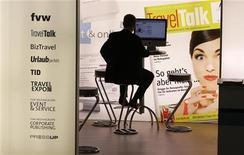 <p>Un uomo al computer. REUTERS/Tobias Schwarz</p>