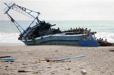 <p>Остов лодки, перевозившей мигрантов, у итальянского города Рочелла Ионика 28 октября 2007 года. За последние два дня при несвязанных друг с другом обстоятельствах у берегов Ливии затонули два судна, перевозившие африканских мигрантов в Италию: погиб 21 человек и сотни людей пропали без вести, сообщили чиновники Ливии в понедельник. REUTERS/Stringer</p>